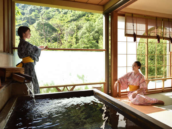 【露天風呂付客室-和洋室】浴槽は檜風呂です。
