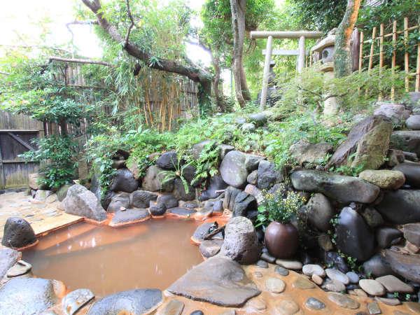月の間の専用露天風呂 この温泉には小さな神社がまつられています