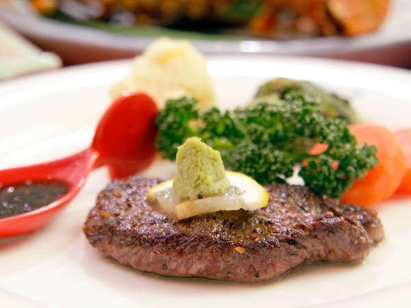*低脂肪でヘルシーな伊豆牛ステーキは、そのままの塩味、わさび又はソースの3種がお好みで楽しめます。