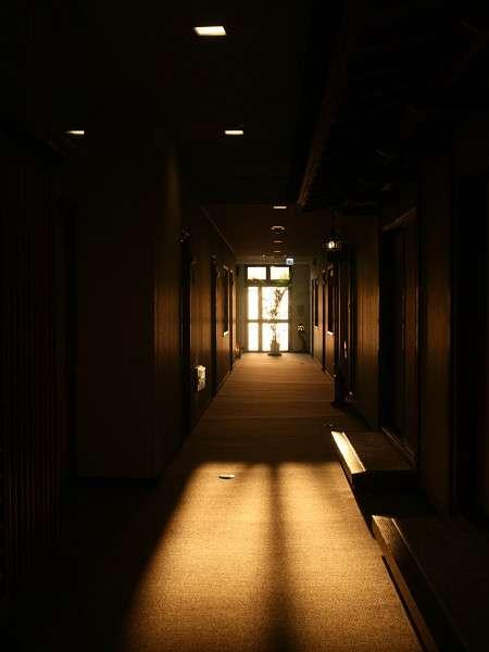 夕日が差し込む廊下
