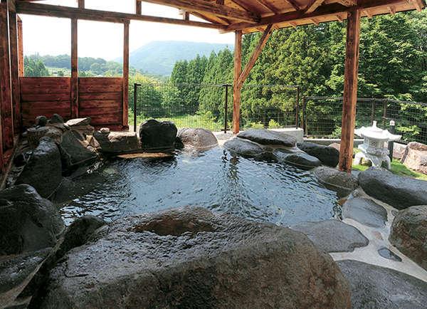 ≪露天風呂≫山々を見渡す露天風呂。高台にあり、眺望◎