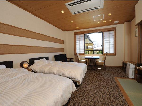落ち着きある和モダンなベッドのお部屋。2015年3月リニューアル。バリアフリー対応しています。