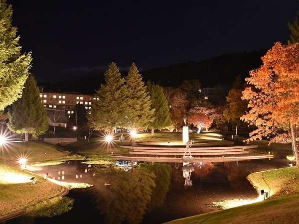 柔らかな光に映し出された彫刻公園。日中とは違う夜の園内をお楽しみください。