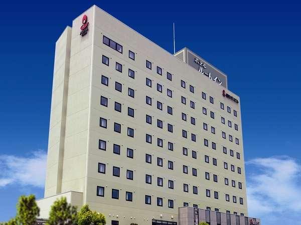 全10階建のルートイン新居浜外観。ホテル裏側に自走式の無料立体駐車場がございます。