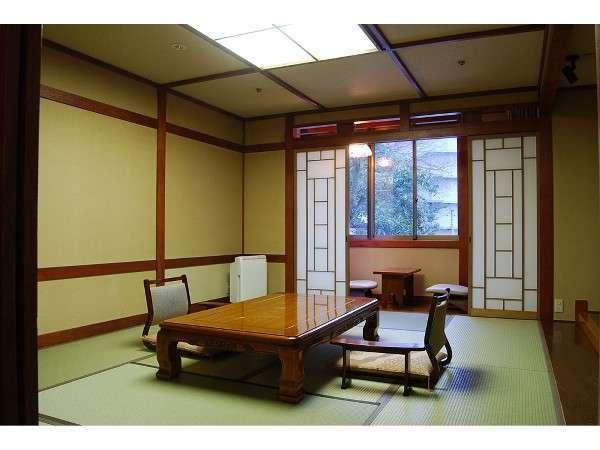 【本館和室】スタンダードな和室のお部屋。ゆったりとお寛ぎください。