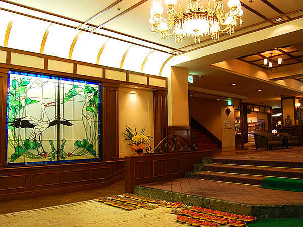 ステンドグラスにシャンデリア…大正レトロな雰囲気にまとめられた館内。