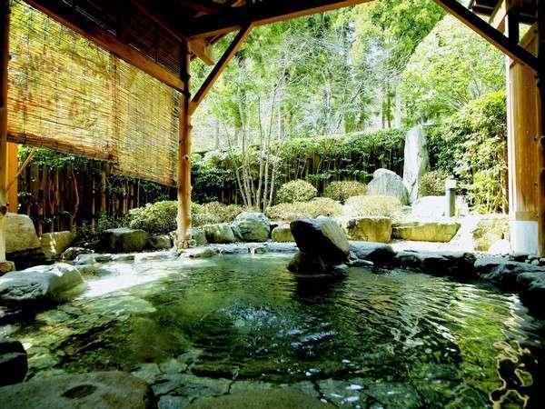 城崎でも1,2を争う広さの人気の露天風呂。朝夕で男女が入れ替わり、すべてのお風呂をお楽しみいただけます