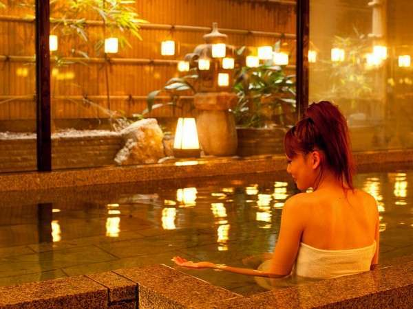 御影石のお風呂。館内のお風呂は朝夕男女交代。すべてのお風呂をお使いいただけます。