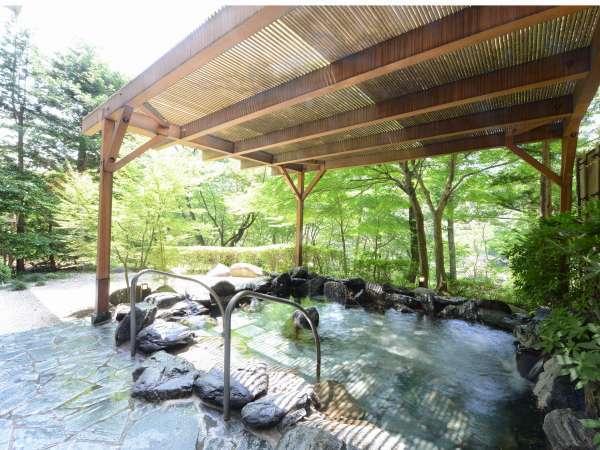 【露天風呂】森に包まれるようにして湯浴みが楽しめる