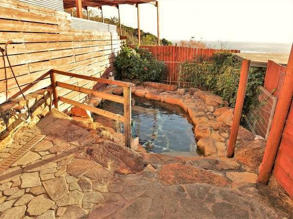 ≪太平洋眺望≫本館足摺温泉露天風呂。夜には潮風と星空を楽しめる。