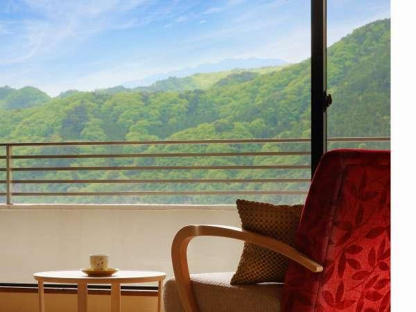 美しい庭園や鬼怒川の山々を眺める客室。都会の喧騒を離れ、日々の疲れを癒す旅館…