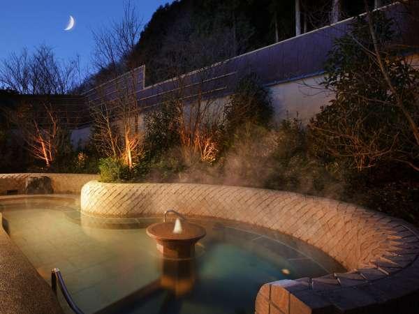 立ち湯には梅雨時期には紫陽花、秋口には金木犀の香りに包まれながら入浴出来ます。(大浴場「鬼怒の砦」)