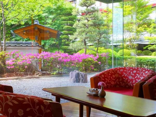 日本庭園が眺められるラウンジでゆっくりとお寛ぎください・・・