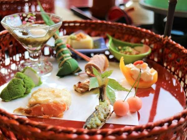 籠盛会席は籠に盛られた季節の前菜でおもてなしを・・・