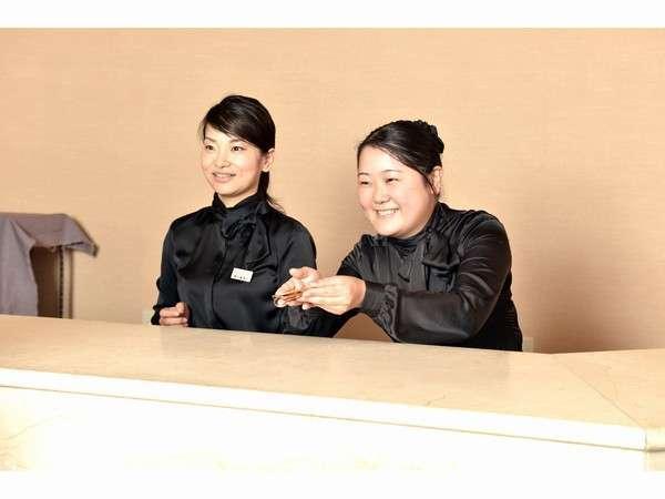 女性スタッフが笑顔でお迎えをいたします、何かお困りのことがございましたらお尋ねくださいませm(__)m