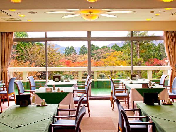 *【朝食会場】紅葉シーズンは色づいた木々を眺めながら朝食ブッフェを楽しめます。