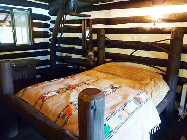 ダブルベッド。手作りのベッドで素敵な夢をご覧ください。