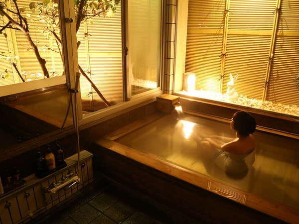 ◇彦名の湯◇ 小さな坪庭に面した総檜風呂。緑を眺めながら 静かに湯を楽しむ