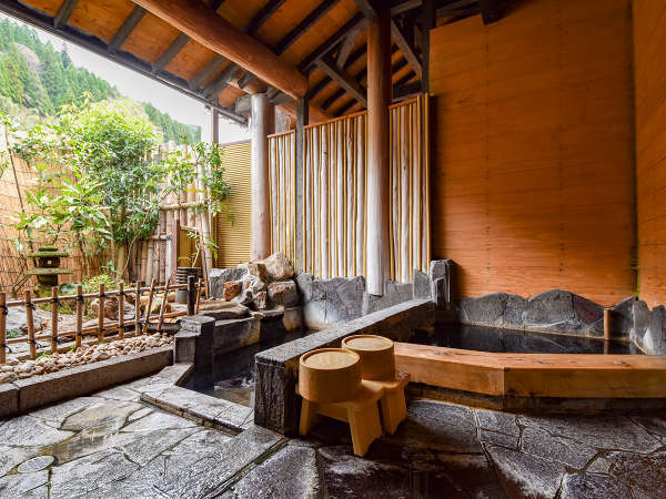 *【貸切露天/つばきの湯】二段に分かれた浴槽が特徴のつばきの湯。