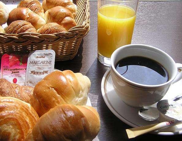 朝食はパン三種、お飲み物(コーヒー、オレンジジュース)を無料サービスでご用意しております。