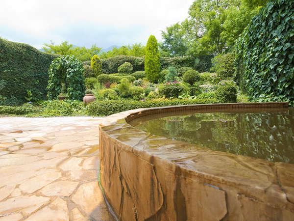 【天然温泉みのり乃湯(本館)】当館唯一の露天風呂。山々を眺めながらの入浴は開放感いっぱい!