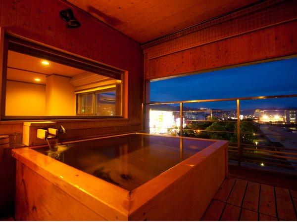 【半露天風呂付き和洋室】海が見える夜景を眺めながらの露天風呂。時間はゆっくりと流れて