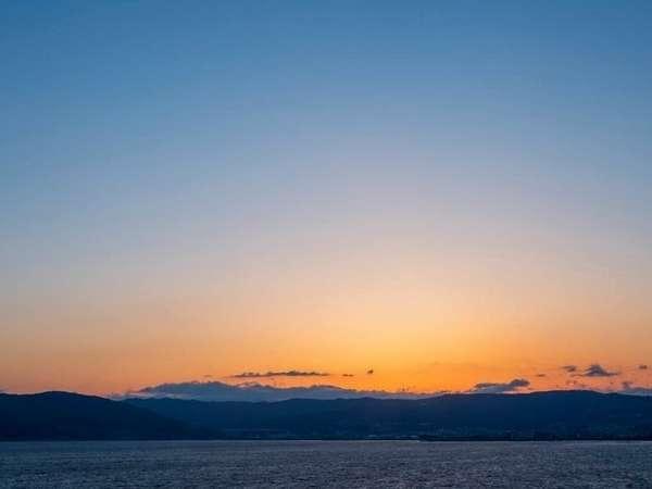 露天からの諏訪湖の朝焼け