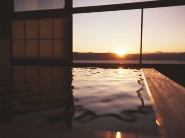 諏訪湖の夕暮れを眺めながら、寛ぎの一時を。