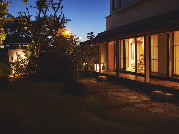 【夜の庭園】温かい灯りが灯る、癒しの空間。