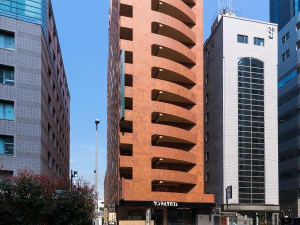 青梅街道沿い 高層ビル街のすぐ近くです。