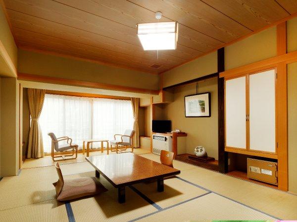 和室8帖の一例。山々の自然に囲まれ、心安らぐ和室となっております。