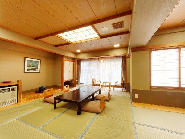 和室13帖の一例。落ち着きのある広々とした和室でゆったりとお寛ぎください。