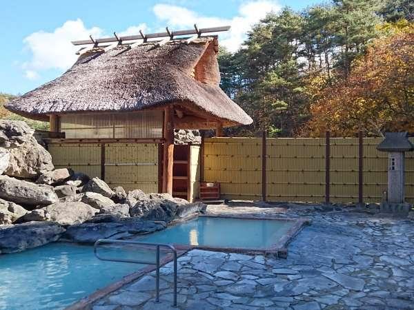 野天岩風呂「天渓の湯」、巨岩を屏風に大小二つの浴槽があり、大自然の呼吸を肌で感じていただけます。