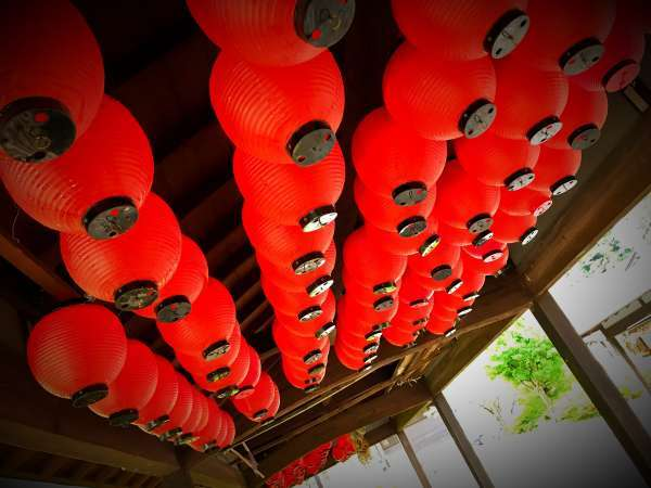 山田温泉の風物詩「赤提灯灯篭掛け」が美しい。