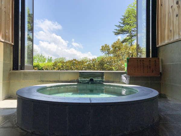 *貸切風呂/大きな窓からは四季折々の自然の風景を眺めることができます。