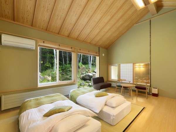 離れ棟客室:R103楓。天井が高く目前には白樺の森。高さ約20センチのロー和ベッドを予めご用意。