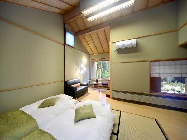 離れ棟客室:R101胡桃。天井が高く目前には白樺の森。高さ20センチのロー和ベッドを予めご用意。