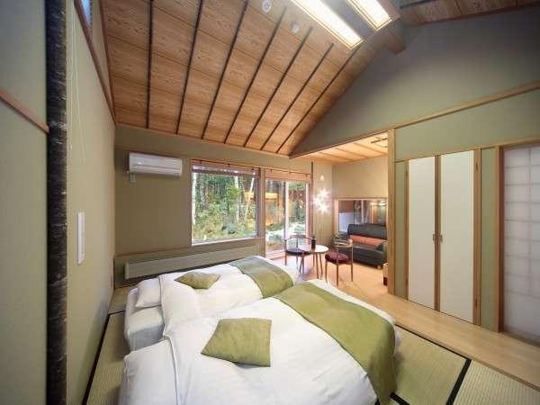 離れ棟客室:R102桐。天井が高く目前には白樺の森。高さ20センチのロー和ベッドを予めご用意。