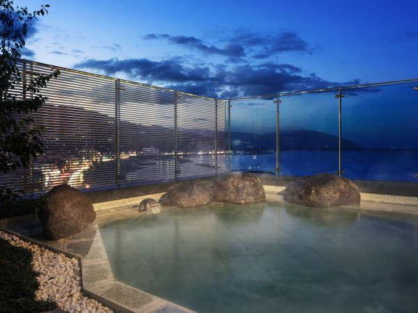 【露天風呂】時間毎に表情を変える景色を楽しめる最上階の露天風呂