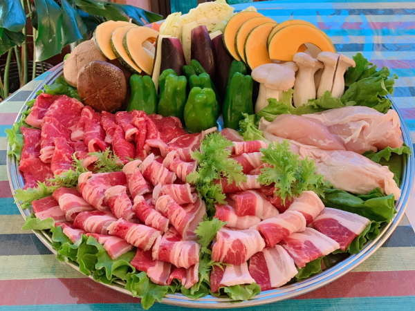 バーベキュー食材は牛バラ、ロース、豚バラ、とりもも、南房総採りたて新鮮野菜セット(若干の変更あり)