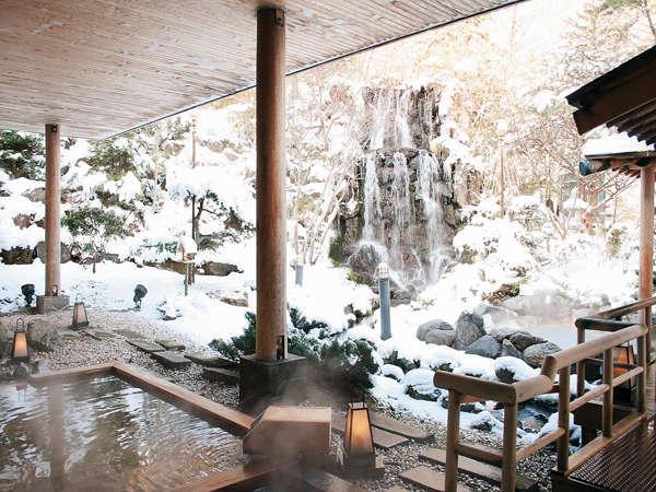 降り積もる雪見の庭園露天風呂
