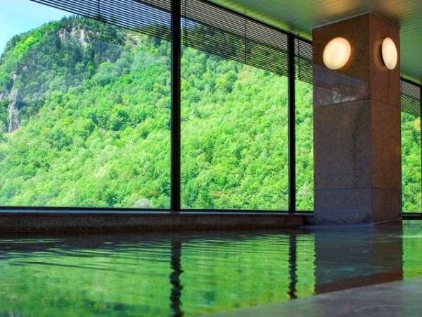 【展望大浴場 黒岳】新緑の山々が眼前に広がります