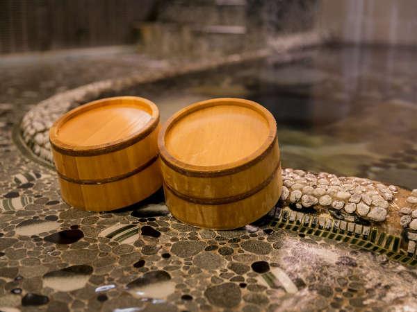 湯船の底から自然に温泉が湧き出る全国的にも非常に稀で神秘的な温泉「鍵湯」
