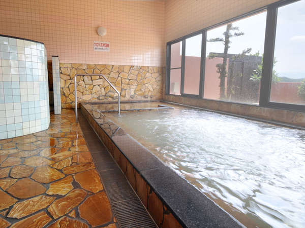 大浴場。こんこんと湧き出る天然温泉の恵みと朝日、夕陽の彩りもたっぷり浴びて・・・!