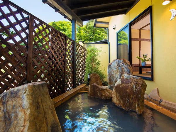 ☆離れ「新せん」の専用露天風呂。お客さまだけの時間をゆっくりとお楽しみください。