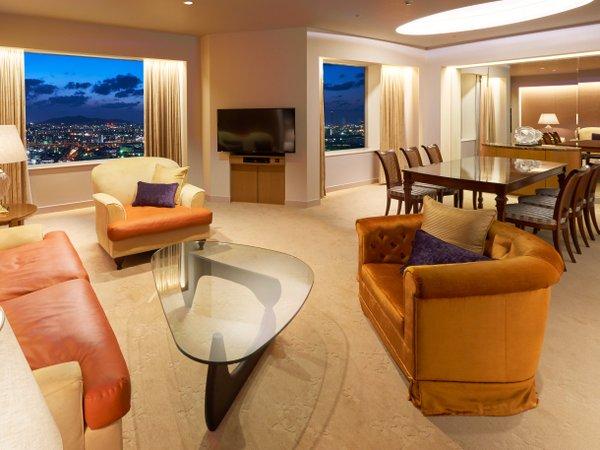 【ロイヤルスイート】最上階の地上約120mに位置する客窓から自然と街並みが調和した眺望が望めます