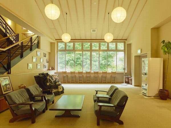 【休憩処】大きな窓が開放的。ソファやマッサージチェア、山を望むカウンターは休憩にぴったり