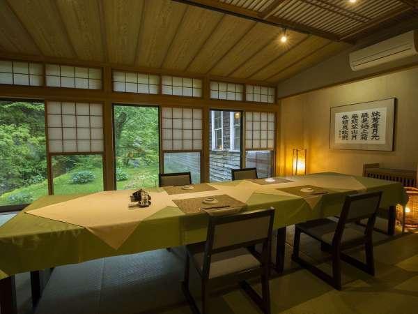 【お食事処】落ち着いた雰囲気のお食事会場で、季節のお料理をどうぞ(グループ様ご利用時レイアウト)