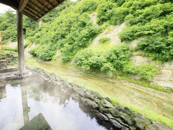 【男性露天風呂】自然のなかに現れたお風呂のような開放感は、森林浴にも似た癒しを感じます