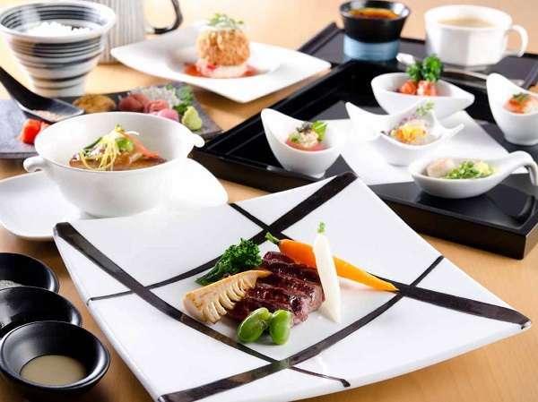 テーブルに美しく並ぶ、和洋融合の色彩豊かな料理。その一品一品に、素材の美味しさを確かめて。
